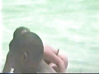 मियामी समुद्र तट - नग्न महिला सर्फिंग