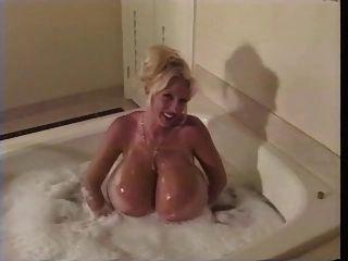 गुनगुने पानी से स्नान - गरम औरत।
