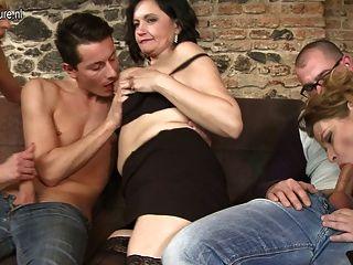 समूह सेक्स में तीन परिपक्व माताओं कमबख्त दो लड़के