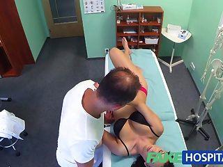 Fakehospital सींग का बना किशोरों चिकित्सक द्वारा Creampied हो जाता है