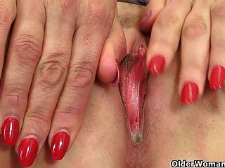 ब्रिटिश एमआईएलए लुलु उसके बड़े स्तन Fondles और खुद को Fucks