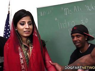 नादिया अली काला लंड का एक गुच्छा को संभालने के लिए सीखता है