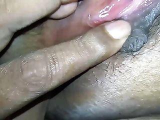 देसी भारतीय पत्नी का गीला बिल्ली चूसने