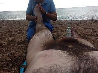 समुद्र तट पर नग्न मालिश