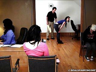 स्कूल में शारीरिक दंड Paddling- 3 लड़कियों