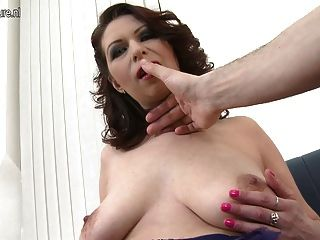 Saggy स्तन पीओवी शैली में कमबख्त के साथ सींग का बना माँ
