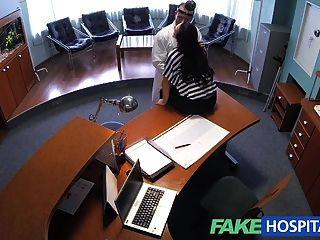 Fakehospital डॉक्टर सेक्सी रोगी को कम करने के लिए अपने बोरी खाली