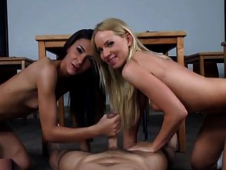 दो चौंकाने वाली लड़कियों को कैसे खुश करने के लिए जानते हैं।