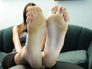 सेक्सी श्यामला तलवों और पैर की उंगलियों 1
