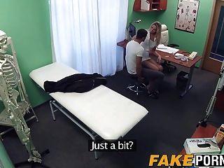 गोरा नर्स उसे बकवास करने के लिए के रूप में वह चाहता है उसे रोगी की सुविधा देता है