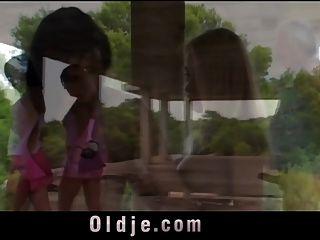 दादा खिलाती अपने पुराने शुक्राणु के साथ सींग का गंदा लड़कियों