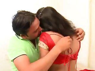 प्रेमी के साथ भारतीय महिला