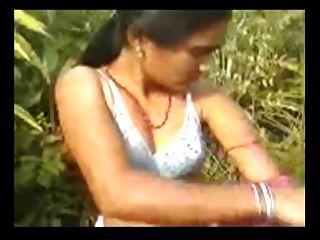 प्राकृतिक बालों बिल्ली आउटडोर सेक्स के साथ भारतीय महिला गांव