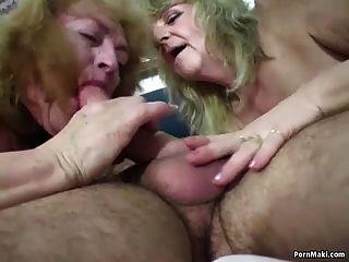 भाग्यशाली आदमी दो अद्भुत Grannies Fucks