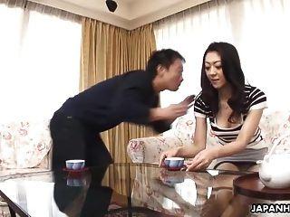 एशियाई पत्नी गड़बड़ हो रही है और वह उसे प्यार करता है