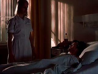 नर्स फ्रैंक पेटेंट रोगी को अनिच्छा से काम देता है