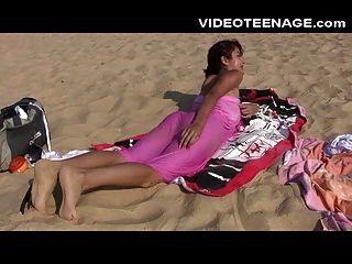 समुद्र तट पर सेक्सी किशोर न्यडिस्ट