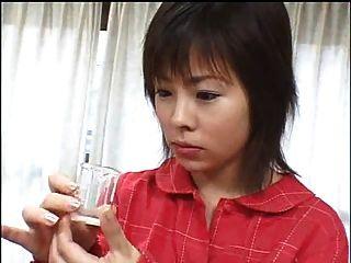 जापानी लड़की कुछ सह निगलने
