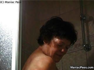 एक शॉवर के बाद दादी Dildoing