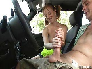 कार में सींग का बना किशोरों बेब हाथ का काम