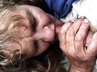 गली में दादी Blowjob
