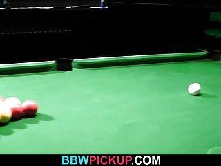 पूल टेबल पर नाइलन में Bbw कमबख्त है