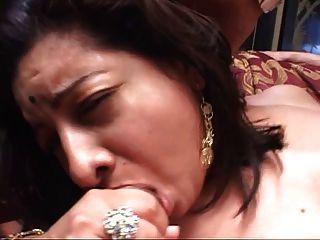 मोटा भारतीय बेब के साथ बड़े गधे पर बिस्तर पर चूसने और कमबख्त दो कठिन लंड