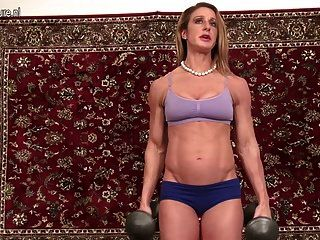परिपूर्ण शरीर के साथ स्पोर्टी गर्म महिला