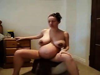 गर्म गर्भवती महिला नग्न बाहर काम कर रहे