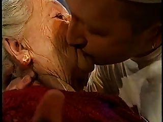 बहुत बूढ़ी औरत को चूमा जाता है