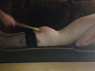 एक गुलाम लड़की के लिए लकड़ी के चम्मच दंड