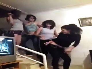 अरबियाई लड़कियां हंसते हुए दिखती हैं जबकि वे नृत्य करते हैं 2015