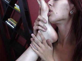समलैंगिक रेड इंडियन लड़की अपने दोस्त पैर की आदी