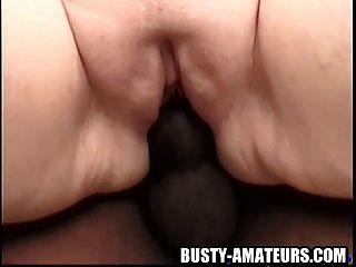बस्टी फ़िओना काले मुर्गा द्वारा घूमती हो रही है
