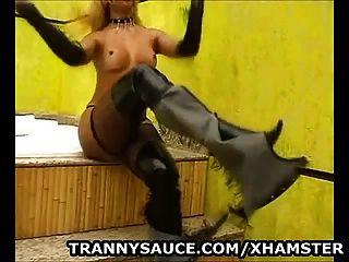 सेक्सी Tranny नग्न और Tugs उसकी हार्ड मुर्गा पर हो जाता है