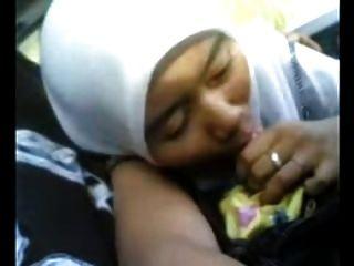 एक कार में बीजे को देने वाली खूबसूरत मलय लड़की