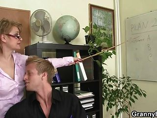 पुराने परिपक्व कुतिया के साथ गर्म कार्यालय सेक्स