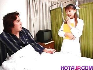 नर्स रोगी मुर्गा पथपाकर जबकि डिब्बे पर छुआ है
