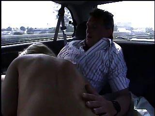 एक बड़ी कार में