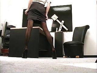 सेक्सी स्तन के साथ सींग लड़की उसे बिल्ली के साथ कार्यालय में गर्म हो जाता है
