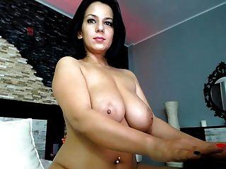 महान शरीर और स्तन के साथ भव्य श्यामला