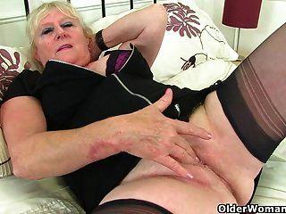 अंग्रेजी Grannies क्लेयर नाइट और Zadi उनके पुराने योनी काम करते हैं