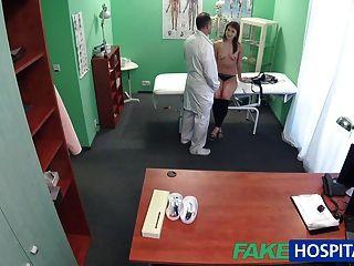 नकली अस्पताल में रोगी एक यौन पक्ष चाहता है