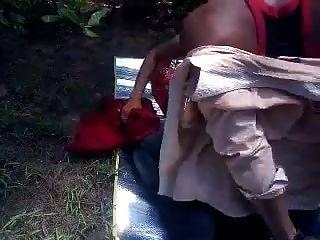देसी प्रेमी पार्क में सेक्स खेल रहे हैं
