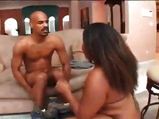 काले मोटा बेब उसे गधे हिलाता है