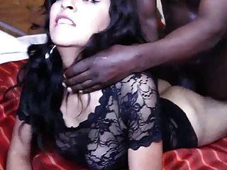 गर्म युवा हिस्पैनिक लड़की अपने पहले बीबीसी के साथ संघर्ष करती है