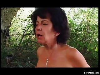 नानी आउटडोर गुदा सेक्स