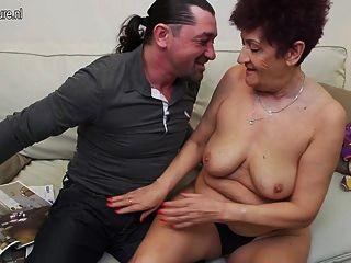 दादी युवा लड़के के साथ यौन संबंध रखने वाले