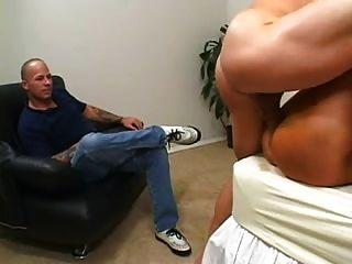 नकली स्तन और तन पंक्तिवाला मिठाई पति से एक चेहरे हो जाता है