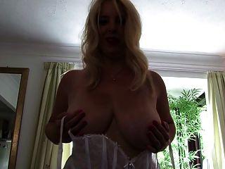 पूर्ण शरीर के साथ सेक्सी परिपक्व शिक्षक माँ